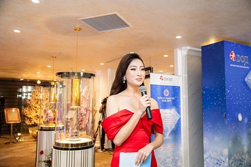 Trước đó, đêm mở màn của Tuần lễ trang sức DOJI gây ấn tượng khi Hoa hậu Thế giới Việt Nam Lương Thùy Linh xuất hiện từ phía sau mô hình kim cương viên độc đáo. Người đẹp đảm nhận vai trò MC, giúp khách tham quan tìm hiểu về Bảo tàng Đá quý đầu tiên tại Việt Nam và những bảo vật tại DOJI Tower.