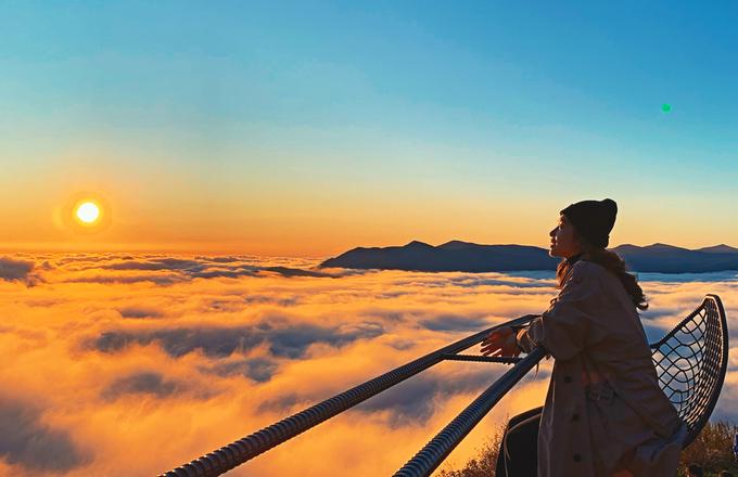 Khả Ngân ngắm mây trên đỉnh núi