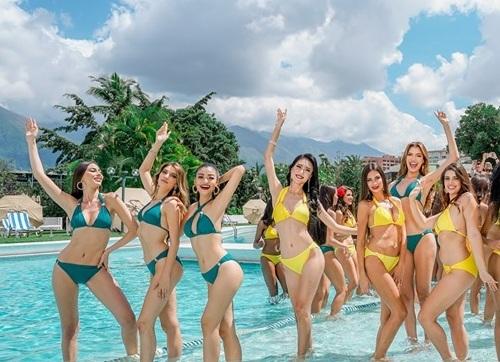 Kiều Loan (thứ ba từ trái qua) vui đùa trong bể bơi cùng các thí sinh quốc tế. Ảnh: MGI.