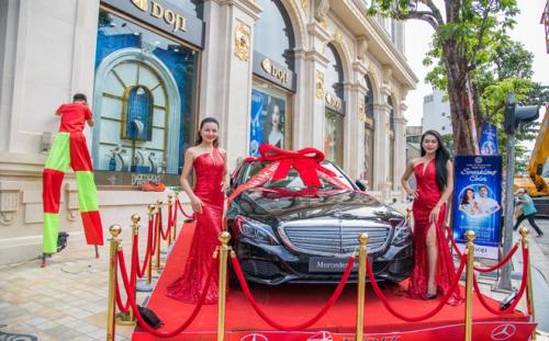 Ngoài trúng vàng mỗi ngày, ngày cuối của sự kiện (ngày 20/10), DOJI sẽ bốc thăm tìm chủ nhân may mắn của siêu xe Mercedes trị giá gần 2 tỷ đồng.