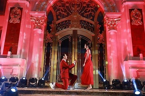 Ngay khi nhận được câu trả lời Em đồng ý, Ông Cao thắng đứng lên hôn tay bạn gái. Anh chia sẻ rất hồi hộp khi thể hiện tình cảm với Đông Nhi trước đông đảo khán giả.