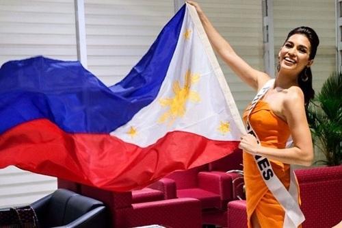 Samantha Lo cầm quốc kỳ Philippines, lên đường tới Venezuela dự thi MGI hôm 8/10. Ảnh: Instagram.
