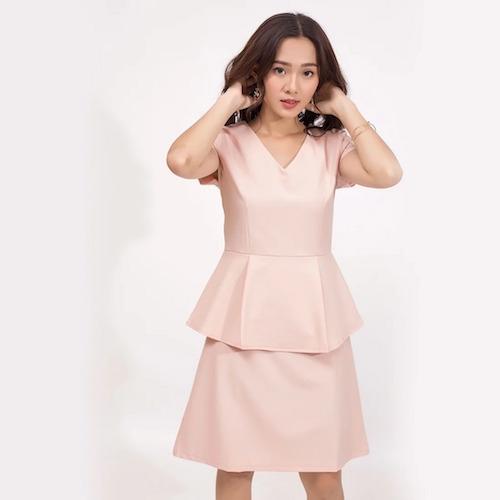 Đầm peplum cổ tim màu hồng nhạt, giúp khoe đường cong cơ thể. Đặc biệt thích hợp che khuyết điểm với những quý cô có vòng eo kém thon gọn. Chiếc đầm tôn lên vẻnữ tính, dịu dàng và không kém phần quý phái.