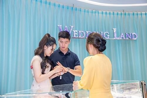 Cả hai thử nhẫn Wedding Land- thương hiệu trang sức cướithuộc Tập đoàn DOJI.