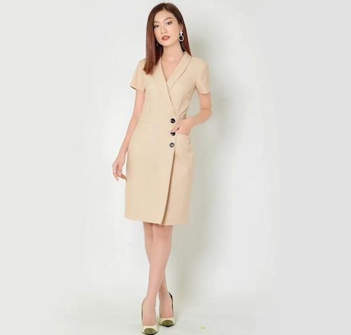 Thiết kế cổ vest kèm tay ngắn tôn nét thanh lịchcho người mặc. Phía trước cách điệu với 3 chiếc cúc to bản, tạo điểm nhấn. Bạn có thể lựa chọn màu xám sang trọng hoặc màu kem trang nhã, phối với giày cao gót cùng tông.