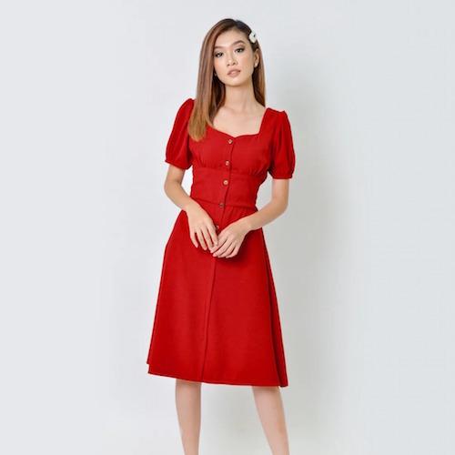 Đầm cổ vuông với màu đỏ quyến rũ, bắt nhịp xu hướng vintagecổ điển, chất liệu mềm mại, thoáng mát. Chiết eo bản to với lưng thun giúp co giãn tối ưu, ôm sátdáng người, mang đến nét thanh lịch, duyên dáng. Mẫu váy thích hợp với nhiều không gian, cũng giúp bạn nổi bật ở các buổi tiệc.