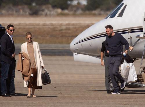 Jennifer Lawrence và chồng Cooke Marone (phải) tới đảo