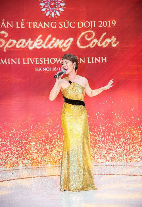 Cũng trong tối 18/10, sự kiện có sự tham gia của ca sĩ Uyên Linh, cômang đến một minishow dành cho khán giả Hà Nội với những ca khúc trữ tình, thể hiệntrong không gian DOJI Tower.