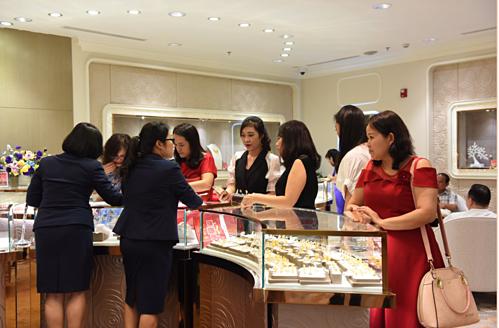 DOJI tung Ưu đãi cực sốc, tới 35% trang sức, tới 65% tiền công chế tác Vàng 24K. Mức ưu đãi hiếm có của thương hiệu nổi tiếng tung đúng dịp ngày phụ nữ 20/10 đã thu hút lượt khách khủng đến thăm quan, mua sắm.