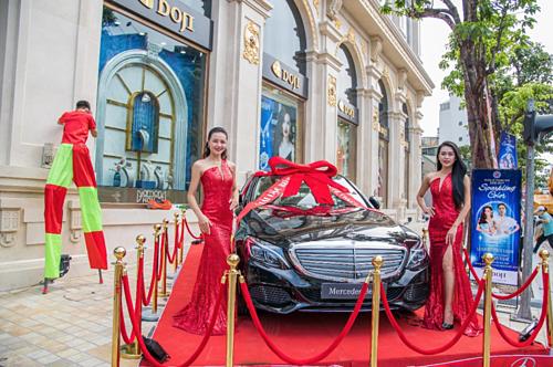 DOJI tổ chức bốc thăm trúng giải đặc biệt siêu xe Mercedes C250 trị giá gần 2 tỷ với những khách hàng đã mua sắm trang sức tại DOJI Tower trong thời gian diễn ra chương trình.