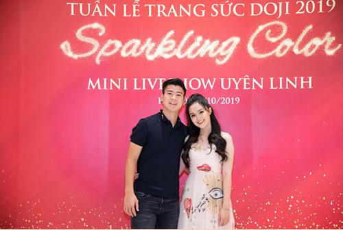 Chàng cầu thủ răng khểnh và bạn gái Quỳnh Anh xuất hiện tại đêm thứ 3 (ngày 18/10) của Tuần lễ Trang sức DOJI 2019 khiến người hâm mộ vô cùng bất ngờ. Nhiều khán giả không ngại hò hét thể hiện sự hâm mộ với chân sút tài năng.