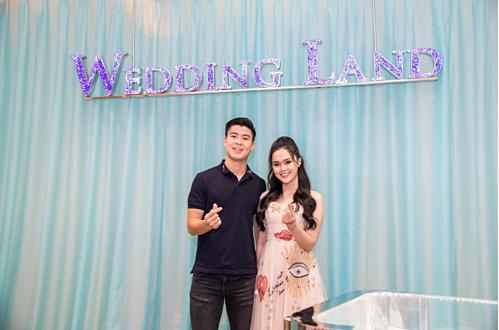 Vốn là người yêu chiều bạn gái, Duy Mạnh đã đưa Quỳnh Anh tham quan hết toàn bộ Trung tâm Trang sức hàng đầu Việt Nam và đặc biệt ấn tượng với tầng 2 – nơi trưng bày và mua sắm những sản phẩm nhẫn cưới, nhẫn đính hôn độc đáo từ thương hiệu Wedding Land.