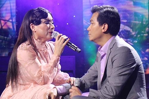Phi Nhung, Mạnh Quỳnh hát trong đêm nhạc 19/10. Ảnh: TC.