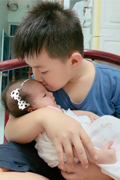 Con cả Lê Phương ôm hôn em gái.