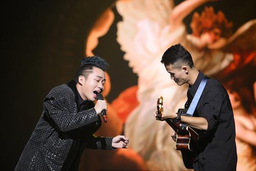 Tùng Dương (trái) hết mình khi hát về phụ nữ.