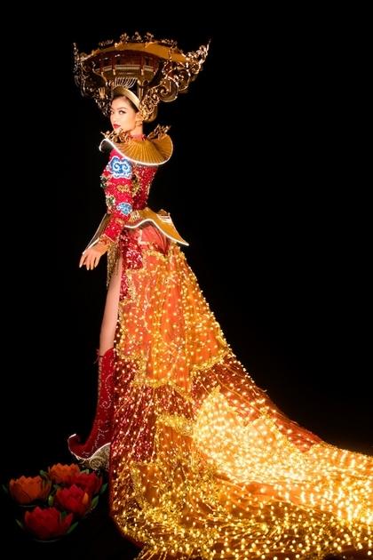 Bộ trang phụcđính kèm hơn 2.000 bóng đèn. Ảnh: Tuấn Anh.