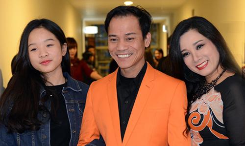 Chế Phong (giữa) bên bà xã Thanh Thanh Hiền và con gái riêng của vợ - Tú Linh (trái). Ảnh: TH.