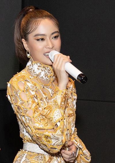 Ca sĩ Hoàng Thùy Linh ra mắt album Hoàng tại TP HCM, tối 20/10. Ảnh: HTL.