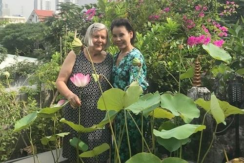 Mẹ Hà Hồ (phải) đưa mẹ Kim Lý lên sân thượng ngắm sen.