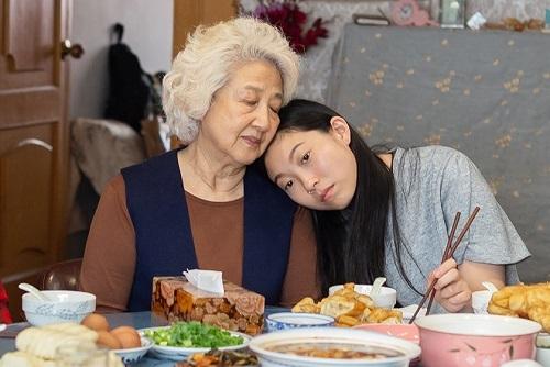 Theo Variety, tại trường quay, Awkwafina đã gọi Zhao là sư phụ khi bà có những hướng dẫn dành cho cô. Ảnh: A24.