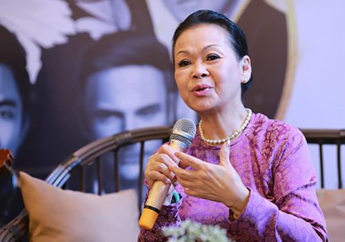 Nữ danh ca Khánh Ly giới thiệu về đêm nhạc. Ảnh: Nguyễn Đông.