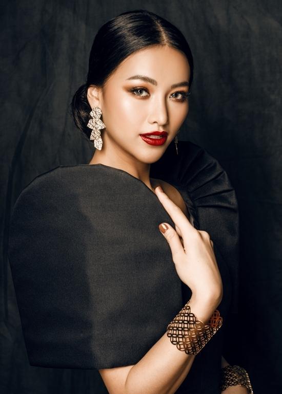Phương Khánh diện đầm tôn ngực
