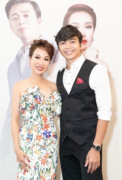 Uyên Linh và Lân Nhã tại sự kiện ra mắt liveshow chiều 21/10 tại TP HCM. Ảnh: DT.