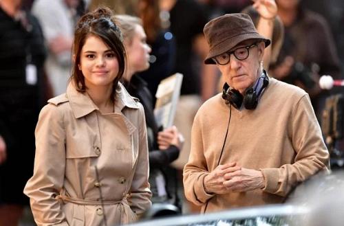 Selena Gomez (trái) và Woody Allen trên phim trường. Ảnh: Amazon.