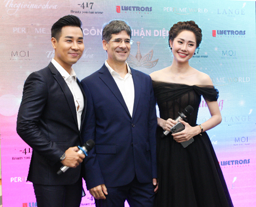 MC Nguyên Khang, diễn viên Tường Vi cùng đại diện Thế giới nước hoa tại sự kiện công bố trở thành doanh nghiệp đa thương hiệu ngày 18/10.