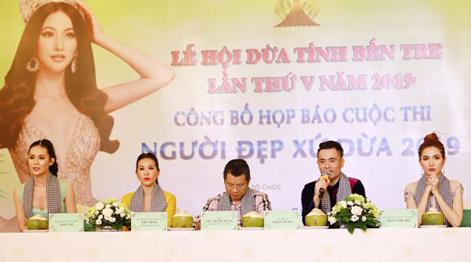 Ban tổ chức cuộc thi Người đẹp xứ dừa 2019 (từ trái sang): Người đẹp Sang Lê, hoa hậu Thu Hoài, Trưởng ban tổ chức cuộc thi -Chu Trọng Dũng, nhà thiết kế Nhật Dũng, Phan Thị Mơ. Ảnh: BTC.