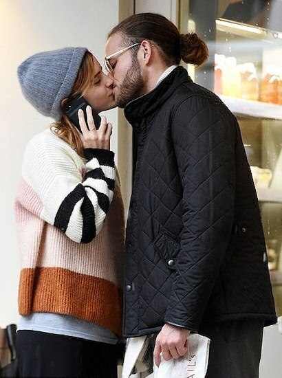 Emma Watson hon bạn trai mới. Ảnh: Backgrid.