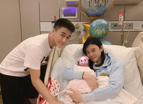 Hà Du Quân bên vợ con. Ảnh: Weibo.