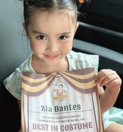 Zia nhận giải thưởng trang phục đẹp ở trường mẫu giáo.