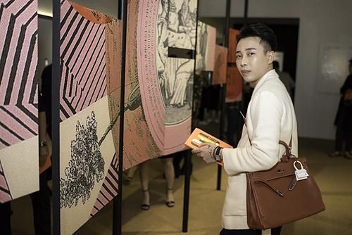 Hoàng Ku diện vest trắng kết hợp cùng túi Hermès. Anhchiêm ngưỡng từng vật phẩm tại triển lãm.