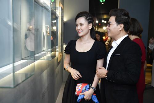 MC Huyền Châu (trái) và Lê Anh (phải) ton-sur-ton sánh đôi tới sự kiện.