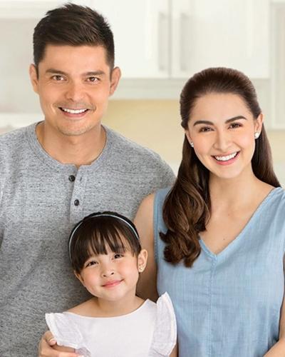 Zia bên cha mẹ - diễn viên Marian Rivera và Dingdong Dantes. Họ từngđóng chung các phimVũ điệu hoang dã, Chuyện tình nàng tiên cá, Chân trời có em. Marian Rivera nhiều lần được bình chọn là sao nữ gợi cảm nhất Philippines. Người đẹp sinh con thứ hai hồi tháng 4.