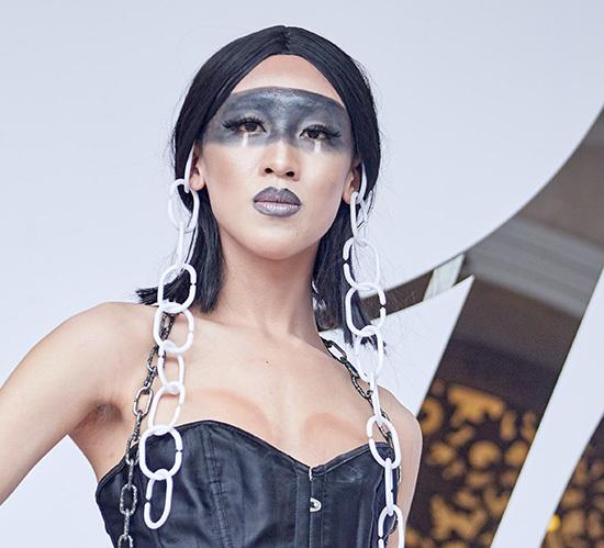 Nổi bật với trang phục tự chế, tín đồ thời trang này dùng màu đen vẽ ngang khuôn mặtvà tô tràn môi.