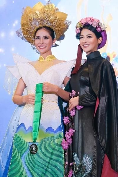 Phương Khánh (phải)trao giải đồngtrang phục truyền thống cho Hoàng Hạnh - thí sinh Việt thi Miss Earth năm nay - hôm 14/10. Ảnh: Phương Khương.