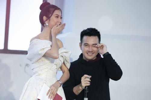 Lê Thanh Hòa và MC Thúy Vân cùng khóc sau show diễn.