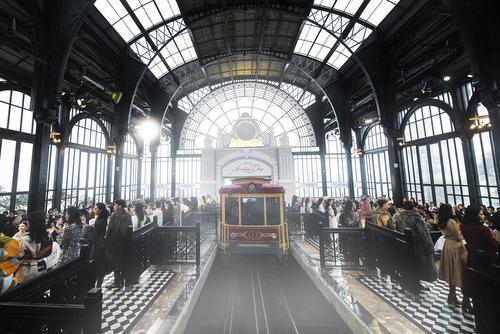 Toàn cảnh show diễn ở nhà ga.