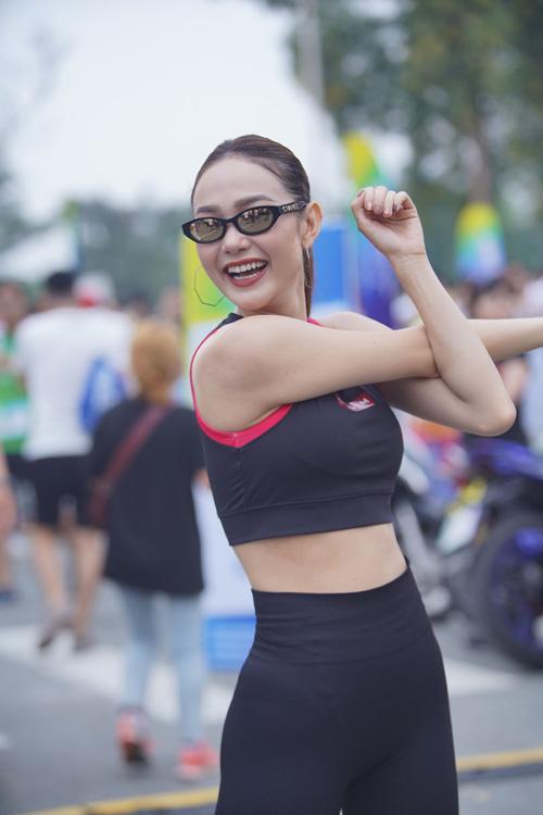 Nữ ca sĩ chia sẻ: Để có sức khỏe tốt, một thân hình dẻo dai, mỗi ngày Minh Hằng đều dành ra 1-2 tiếng để tập gym. Do đó, tôimong muốn mọi người sẽ tiếp tục giữ vững tinh thần thể thao, tập luyện thường xuyên để có sức khỏe tốt và bền bỉ hơn mỗi ngày