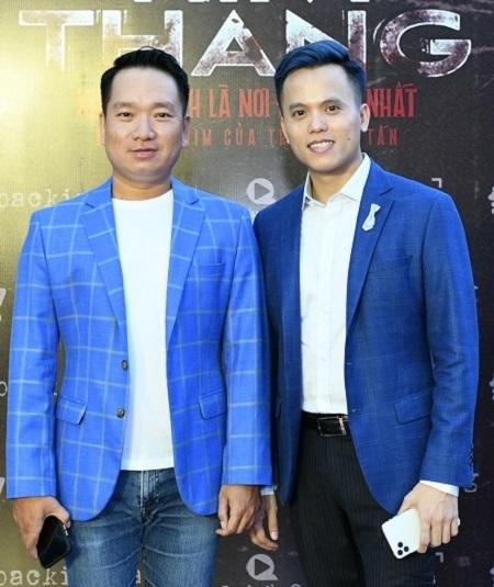 Đạo diễn Hữu Tấn (trái) và nhà sản xuất Hoàng Quân ở buổi ra mắt phim tại TP HCM, ngày 24/10. Ảnh: ProductionQ.