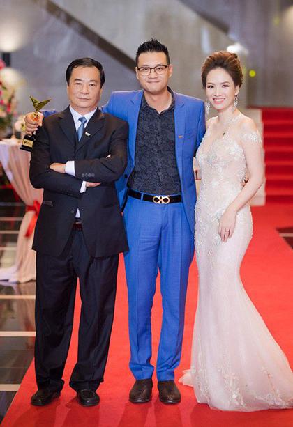 NSND Khải Hưng (trái) bên con trai Khải Anh, con dâu Đan Lê.