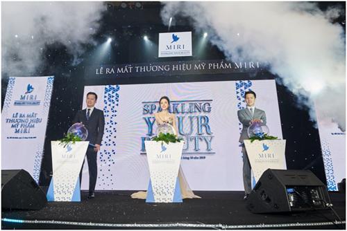 Đại diện ban lãnh đạo Vạn Xuân Holdingcùng Hoa hậu người Việt thế giới 2017 Nguyễn Hạ My thực hiện nghi thức ra mắt.