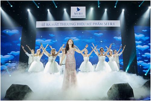 Ca sĩ Hà My hát chia vui cùng thương hiệu.