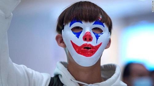 Một người biểu tình ở Hong Kong ngày 18/10. Ảnh: AP.