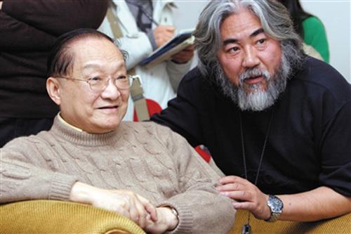 Nhà văn Kim Dung (trái) và Trương Kỷ Trung. Ảnh: Sina.