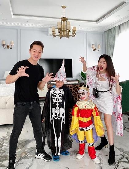 Hai con nhà Đăng Khôi - Thủy Anh hóa trang tham gia lễ hội Halloween ở trường.