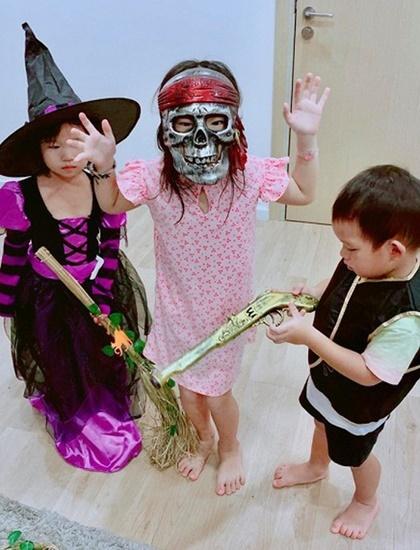 Hội nhóc tỳ nhà Lý Hải - Minh Hà hóa thân thành mụ phù thủy, bộ xương... trong lễ hội Halloween.
