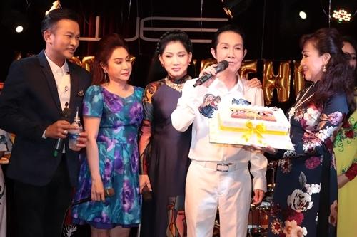 Từ trái qua: Hữu Quốc, Thoại Mỹ, Phượng Loan, Vũ Linh mừng sinh nhật Phương Hồng Thủy. Ảnh: Trần Anh Khoa.